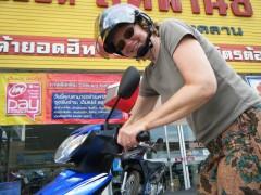 Maria mit unserem nagelneuen Motorroller