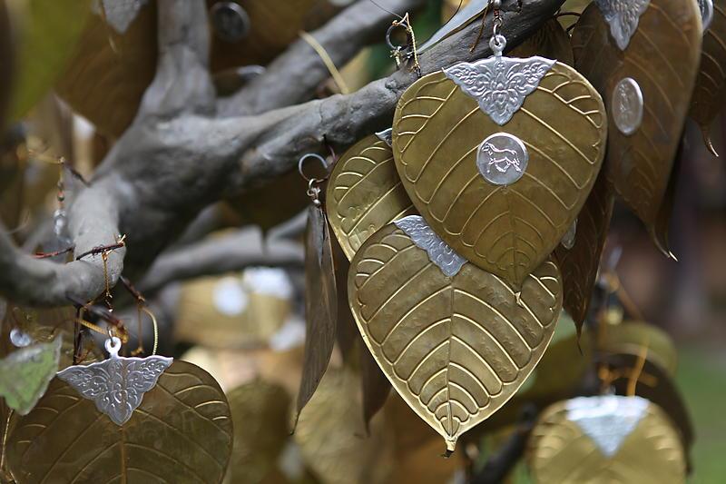 kleine Blätter mit Wünschen im Tempel